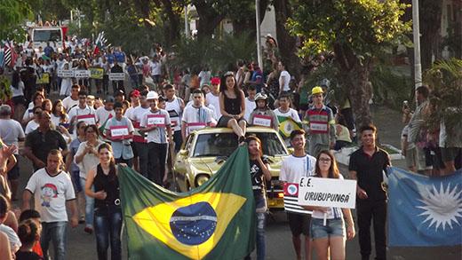 Desfile em comemoração ao aniversário de Ilha Solteira leva multidão às ruas