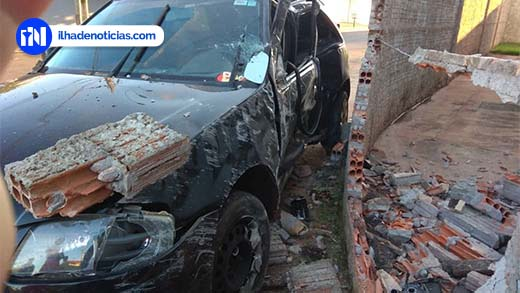 Carro é jogado contra muro de casa no Nova Ilha; Motorista ficou ferido